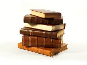 pile de livres anciens reliés